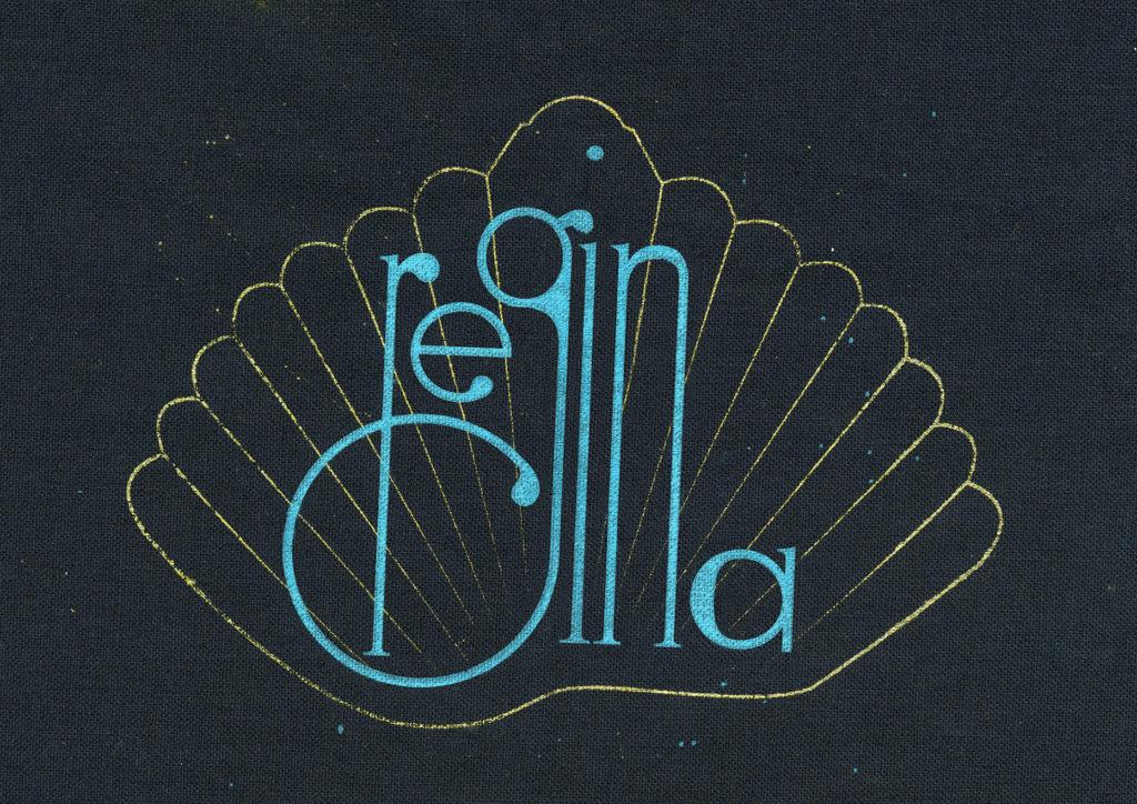 La déclinaison du logo et les supports ne se limitent pas au papier ou l'écran. Celui-ci est une sérigraphie du logo sur textile.